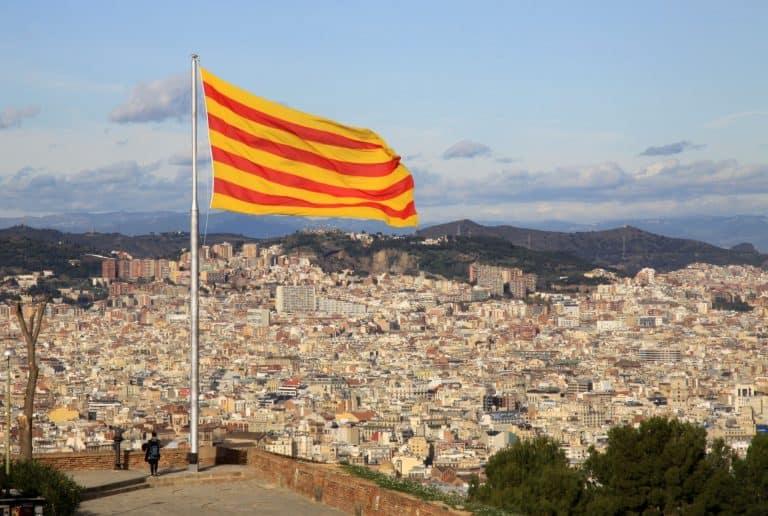 Aşağıdaki şehirle birlikte Monjiuc Kalesi üzerinde dalgalanan Katalan bayrağı