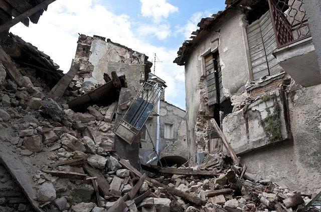 depremde yer neden sallanır